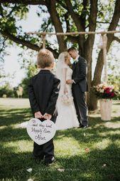 Hochzeit, Hochzeitsfotografie, Braut und Bräutigam, Niedlich, Ring Bearer holding sign, R