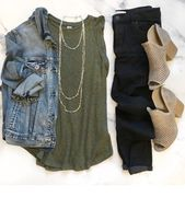 Denim jacket, necklaces and boots – Herbst Outfit
