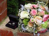 Rundgebundener Brautstrauß mit Sahne und rosa Rosen, Gypsophila, …   – Brautsträuße