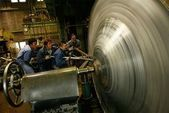 Metallspinnwerkzeuge | Arbeiter, die die Hera-Shibori-Technik anwenden, um …  … – Tattoo