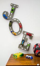 Verwenden Sie gewöhnliche Handwerksbuchstaben und alte Spielzeugautos, um spielerische Buchstaben zu gestalten