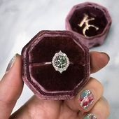 Der Emerson Halo Verlobungsring von Kristin Coffin Jewelry. Mit einem ikonischen …