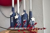 Upcycling – Adventskranz aus lackierten Flaschen