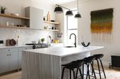 """Küche der Woche: Eine Brooklyn-Küche mit den Schlagwörtern """"Social"""" und """"Minimal but Warm"""""""