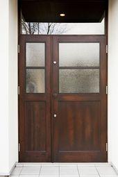 アンティーク調の素敵なドア 曇りガラスになっているので 外から