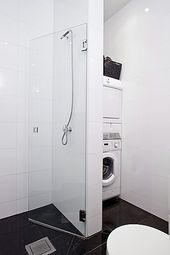 Kleine badkamer met plaats voor de wasmachine en droger. | Home ...
