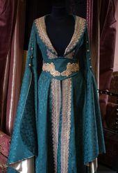 Een middeleeuws geïnspireerde jurk voor een feeënmeisje. We zijn geweest…   – Kleider