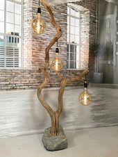 Außergewöhnliche Stehlampe aus gekräuselter alter Eiche. Diese 300 cm hohe Stehleuchte ist