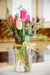 Idées de compositions florales pour sublimer la déco de desk printemps d'un mariage ou bien d'un anniversaire