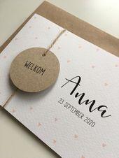 Langwerpig geboortekaartje met roze hartjes.