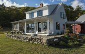 Bauernhaus-Stil mit überdachter Veranda – Home Decorating Trends – Homedit #apa …   – Anbau Landhausstil