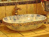Modernes Waschbecken mit schönen Drucken, Badezimmer, das Ideen umgestaltet