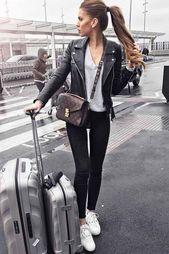 Abrigo rojo, leggins de cuero negro, zapatillas blancas. Streetstyle, moda callejera