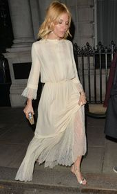 PHOTOS – Sienna Miller adopts a lovely dress in a very romantic retro style. We love !