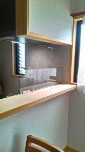 キッチンの油はねや水はねを防ぐためのガラス製のガード 強化ガラス製オイルガード です オイルガードには3タイプあり こちらは固定式ディバイダーといいます およそテーブルからおよそ半分ほどを防ぐ形なので空間を区切らずに圧迫感のない仕様です 家の