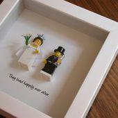 Der Kunstrahmen besteht aus zwei LEGO®® Minifiguren, Braut und Bräutigam mit einem Zitat …   – For the Bride + Groom