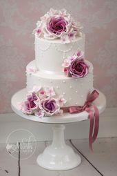 Niedliche zweistufige Hochzeitstorte mit lila Rosen. Von Minh Cakes – Cake gallery by Minh Cakes