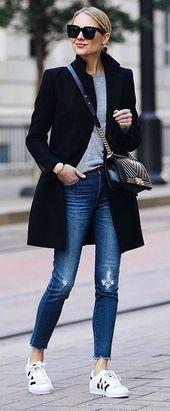 # Frühling #Furniture Frau in einem grauen Hemd unter einem schwarzen Mantel in Blue Jeans und Adi