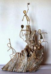Papierdrahtfiguren erklimmen einen #Berg, der aus #Holz gemacht ist