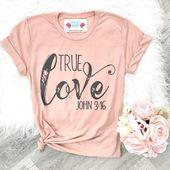 Liebe was du trägst! Dieses süße und unglaublich weiche christliche T-Shirt ist …   – Valentinstag