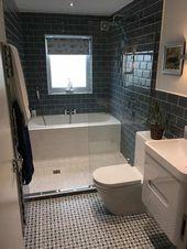 Kleine badkamer hat bad en douche getroffen