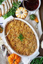 Eine Draufsicht auf das Thanksgiving-Dinner mit Maisbrotdressing, grünen Bohnen, …   – Foodie Side of Me