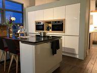 Painting the Past in keuken showroom van High Level keukens. De rand om de mooie keuken was gewoon een wittint. Door m een accent te geven komt zowel de keuken als de muur beter uit. Wil je ook kleuradvies of compleet interieuradvies? STYLING22 helpt je met al je interieurvragen.