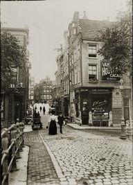 Direct na de brug Herengracht 298 (rechts) en nummer 300 (links). Breitner keek de Oude Spiegelstraat in, richting Singel. mei 1906