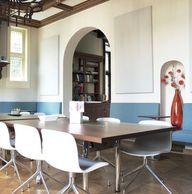 Ook in een zakelijke omgeving is kleurgebruik belangrijk. Hier zie je een op maat gemaakte bank in een blauwe tint. Maar de spanning komt door de oranje vaas. Een opvallende kleur maakt het net wat aparter. Wil je ook wat kleur in je kantoor of zaak? STYLING22 helpt graag. #kleur #zakelijk #interieur #kantoorinrichting #wachtkamer #interieurontwerp<br>