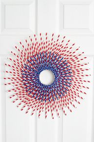 Patriotic paper straw wreath - so simple and so stunning for the 4th of July!