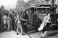 Damrak 11 mei 1940, CS afgesloten maar 1 meisje heeft daar blijkbaar maling aan...go girl