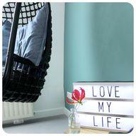 Tieners willen zich ook graag prettig voelen in hun slaapkamer. Mooie kleuren, en fijne stoel en eigen styling. Hulp nodig? STYLING22 helpt graag. #kleuradvies #interieuradvies #interieurstylist #styling #wooninspiratie #newhome #kleurinspiratie #interior #interieur #interieuradvies #tienerkamer
