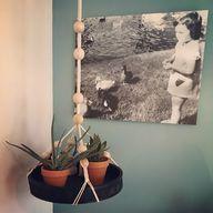 Een nostalgische foto op x-pozer. Matte krijtverf op de muur. Goede combinatie dat blauwgrijze tintje met die terra bloempotjes. Welke kleur kies jij op je muur? Wil je interieuradvies? Kies voor een stylist die bij je past. STYLING22 luistert tussen de regels door. #kleuradvies #interieuradvies #interieurstylist #styling #wooninspiratie #newhome #kleurinspiratie #interior #interieur #interieuradvies