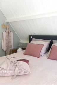 Een slaapkamer met roze en blauwtinten, dat kan ook heel volwassen;-) Ga voor fijne materialen en een extra set kussens voor een luxe gevoel. Hier is mooi linnen beddengoed gebruikt voor deze fotoshoot in de Ariadne wonen binnenkijkerspecial. Wil jij ook interieuradvies van STYLING22? Bel voor een afspraak: 06-24665715  #slaapkamer #interieur