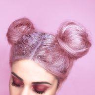Racines pailletées sur des cheveux rose baby