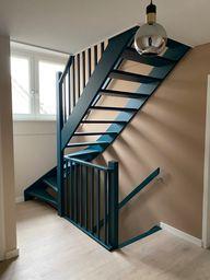 In dit huis zijn er geen witte muren te vinden. Dus ook in de hal en overloop zie je kleur. De trap is in een aparte kleur blauw geschilderd. Kleuradvies door Styling22