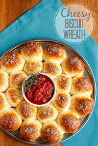 Easy Cheese Biscuits Wreath -- super easy cheesy biscuits are baked into a fun wreath shape thats perfect for entertaining!