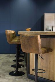 Een donker blauwe wand staat stoer in je interieur of op kantoor. Kies je voor krukken aan een bar? Deze staan stoer en zitten lekker. #kleuradvies #interieuradvies #interieurstylist #styling #wooninspiratie #newhome #kleurinspiratie #interior #interieur #interieuradvies #muurverf #blauw