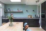 Een donkere keuken maar met kleur gecombineerd! Fijne sfeervolle keuken met een ruim werkblad en een ruime eettafel. De stoeltjes van Zuiver hebben verschillende stoffering en kleur #wooninspiratie #interior #interieur #interieuradvies #interiordesigner #home #homestyling #interieurdesign #kitchen #keukenontwerp #keukendesign
