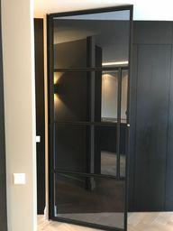 Stalen deur met vergrijsd glas