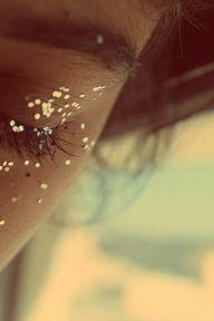 Les paillettes de ton enfance, celles qui représentent la poussière détoiles dans Peter Pan, qui restent même quand tu grandis, cachées au fond de ton esprit...