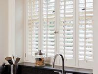 Shutters in de keuken / De keuken, een plek voor een kop thee, een goed gesprek en het bereiden van een lekkere maaltijd. Daar hoort privacy bij, maar ook de juiste lichtinval. Door shutters te plaatsen voor de ramen in de keuken geniet je tijdens het koken van de lichtstralen van buiten, zonder dat nieuwsgierige blikken in de pannen kunnen kijken. Of de vuile vaat zien staan... http://www.shutters.nl/sfeer-met-shutters/keuken-shutters