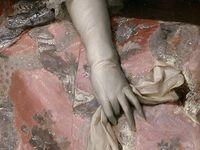 Die raffinierten Details in der Kleidung des 18. Jahrhunderts, die Raffungen, Rüschen, Stickereien und der spezielle Umgang mit Farben faszinieren bis heute. Erst beim Versuch, es nachzuahmen wird einem bewußt, wieviel (Hand-)Arbeit, genau kalkulierte Ornamentik und Fleiß in diesen Kleidungsstücken steckt, die noch heute die Fantasie anregen.
