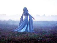 """Fotoshooting """"Herrin der Nebel"""" / """"Herrin der Nebel"""" Dieses Mittelalter/ Fantasy Kleid verleiht jeder Trägerin Anmut und Grazie. Das aufwendig verarbeitete Mantelkleid aus naturfarbenem Leinen ist komplett mit einem hellem, feinem Baumwolltuch gefüttert. Die Kapuze und die langen und weiten Scheinärmel lassen diesen Farbakzent durchscheinen. Dieses Kleid eignet sich wunderbar für Mittelalter Märkte, Larp oder vlt sogar für eine märchenhafte Traum-Hochzeit?"""