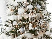 White Christmas decor / Are you dreaming of a white Christmas? Great decor ideas for decorating your home this holiday season!