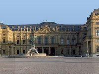 Un palais désigne un édifice monumental.