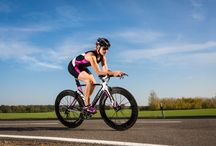 SHEtri / SKINS TRI400 Women's compression sportswear is designed to help triathletes excel in each stage of a triathlon. Dynamic gradient compression gets your blood circulating to get more oxygen to your muscles for a stronger performance and faster recovery.