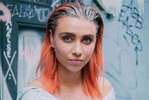 Damefrisurer - Mellem langt hår / Med 'Damefrisurer - Mellem langt hår' forsøger vi altid at opdatere dig på de nyeste frisuretrends i mellem langt hår. Er du mere nysgerrig, kan du finde yderligere inspiration under frisurekollektioner på vores hjemmeside.