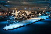 Avsnitt 10: Ett nedskjutet flygplan / Den här tavlan visar bilder från Avsnitt 10: Flygplanet som försvann från podcasten The Archives Podcast. Du kan lyssna här: www.archivespodcast.com Flygvapenmuseet i Linköping har ett speciellt föremål som en stor del av museet är format kria, nämligen den nedskjutna DC3:an. Vi ställer frågor kring hur de har tänkt kring att ställa ut denna symbol för det kalla kriget, utformningen av den del av museet där vraken finns och att besättningsmännen dog. www.archivespodcast.com