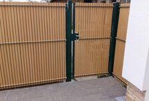Plastová výplň panelového plotu Nylofor v Lopašove - Referencia / Aký elegantný môže byťdrôtený panelový plot sa presvedčil náš zákazník v Lopašove, kde sme vyplnili zváranú sieť plastovou výplňou s farbou svetlého dreva. Vznikol tak krytý priestor na dvore pri rodinnom dome, kde si majiteľ môže robiť rodinné oslavy bez toho, aby bol vyrušovaný ruchom z ulice.